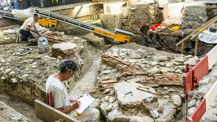 Mauer und Kanal werden ausgegraben, gut sehen ist der Staubsauger zum Abtragen von Erde. Bilder: Nicole Nars-Zimmer