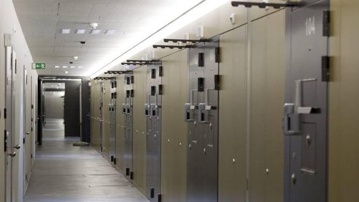Die Technologie im Gefängnis Lenzburg ist veraltet, weshalb die 32 Jahre alte Sicherheitszentrale ersetzt wird. (Blick auf Zellentüren)