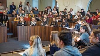 Abstand einhalten wäre hier kaum möglich: 2019 fand der Jugendpolittag noch im Kantonsratssaal statt (im Bild). Heuer in verschiedenen Schulen im Kanton.