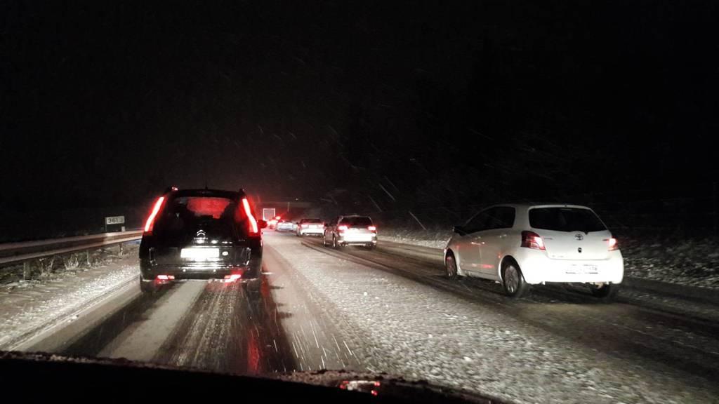 Auf der A1 geht es wegen den Schneefällen nur langsam voran.
