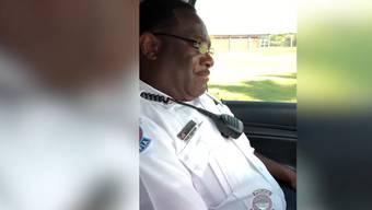 Emotional: Nach Dienstjahren ist für Andre Jenkins der letzte Moment als Polizist gekommen.
