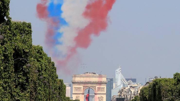 """Jedes Jahr am """"Quatorze Juillet"""" marschieren die Soldaten über die Champs Elysée in Paris."""