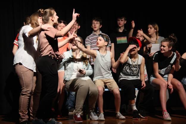 """Gross ist das Konfliktpotenzial im akteullen Stück """"S'wichtigscht im Läbe"""" des Schultheaters Seon"""