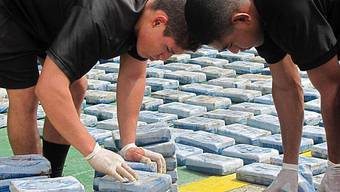 Kolumbianische Polizisten mit beschlagnahmten Kokain (Archiv)