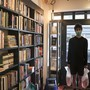 Tom, Filialleiter der Broadway-Buchhandlung im Broadway Market, hält zwei Säcke mit Büchern in der Hand, die von den Kunden abgeholt werden müssen. England führt eine Maskenpflicht in Geschäften ein. Die Maßnahme soll am 24. Juli in Kraft treten Foto: Alberto Pezzali/AP/dpa
