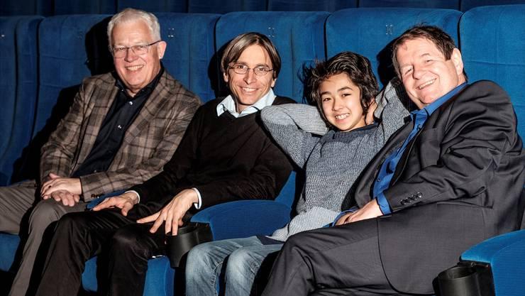 Premiere im Trafo (v.l.): Peter Sterk mit Stefan Jäger (Regie) und den Schauspielern Loic Sho Güntensperger sowie Hanspeter Müller-Drossaart