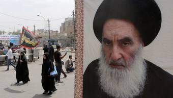 Pilger neben einem Bild von Grossajatollah Ali al-Sistani (Archiv)