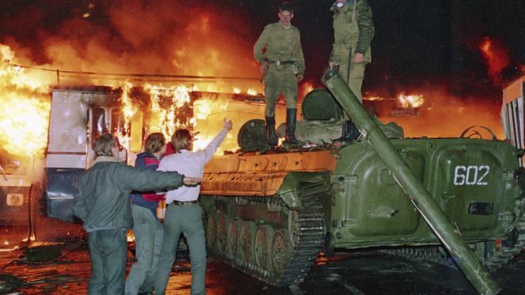 Der Coup scheiterte auch, weil die Putschisten weite Teile der Bevölkerung nicht hinter sich wussten. Hier versperrten Gegendemonstranten den Ausgang einer Militärkaserne mit einem brennenden Bus.