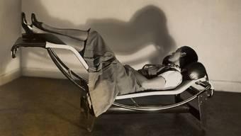 Charlotte Perriand 1929 auf der «Chaise longue basculante». Diese wurde von ihr, Le Corbusier und Pierre Jeanneret gemeinsam entwickelt, aber bald nur als Corbusier-Liege erfolgreich vermarktet.