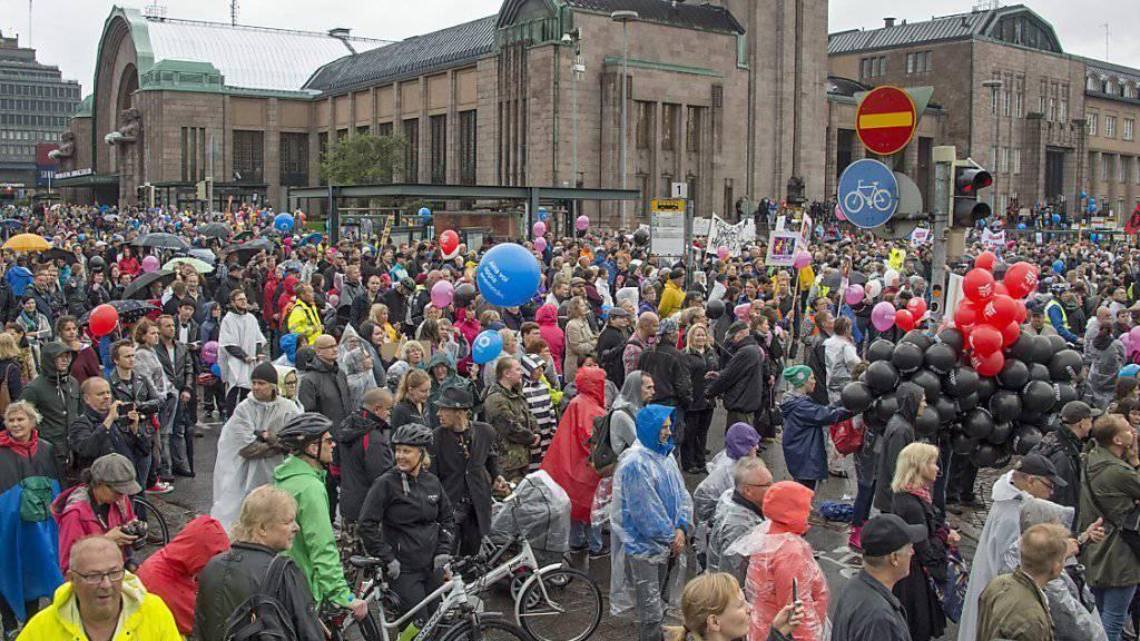 Zehntausende Demonstrierende in Helsinki, trotz Regenwetters