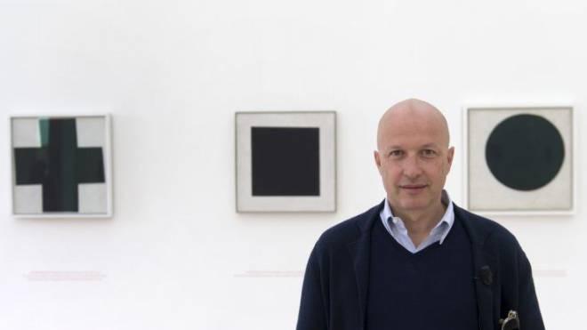 Sam Keller vor den Bildern der neuen Ausstellung. Er treibt die Fondation Beyeler zu Höchstleistungen – und finanziell darüber hinaus. Foto: Keystone