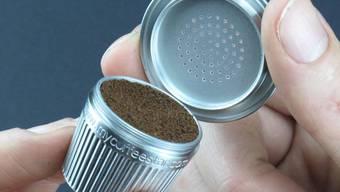 Wer eine Nespresso-Maschine besitzt, kann selbst Hand anlegen: aufschrauben, füllen, verschliessen und wiederverwenden.