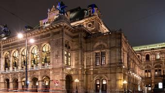 ARCHIV - Lichter vorbeifahrender Autos vor der Wiener Staatsoper am Abend. Foto: Robert Michael/dpa-Zentralbild/dpa