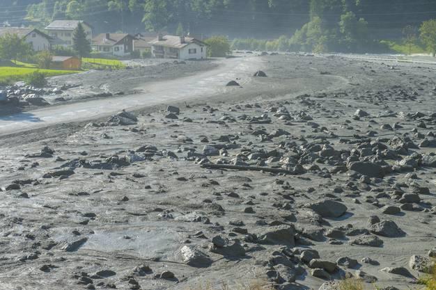 Riesige Geröll- und Schlammmassen schieben sich am Tag danach durch das Tal.