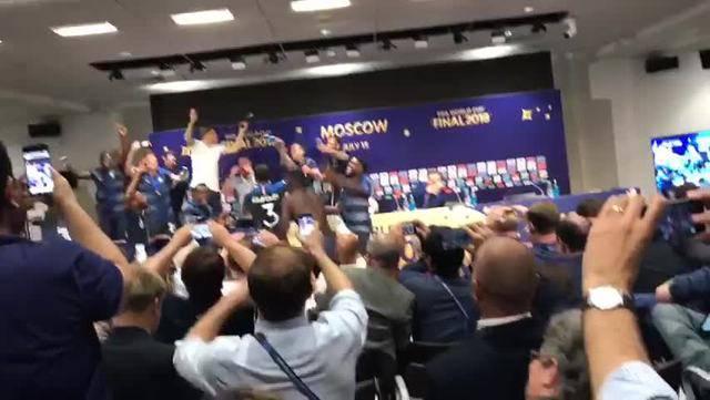 Weltmeister in Feierlaune: Hier stürmen die Franzosen die Pressekonferenz
