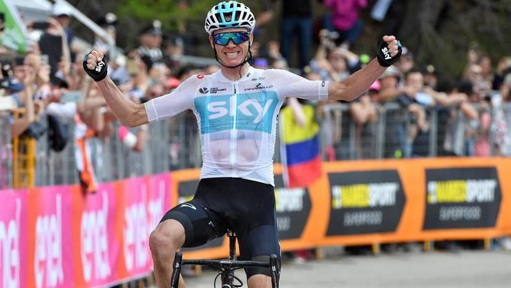 Chris Froome jubelt beim überqueren der Ziellinie in Bardonecchia.