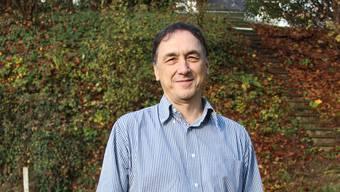 Pfarrer Hansueli Hauenstein steht im Grünen, wo ab 2019 auch Taufen durchgeführt werden können – falls sich Familien dies wünschen.