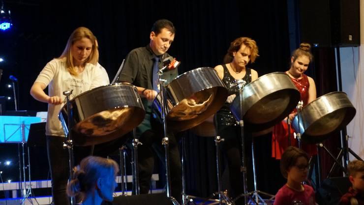 Rund 260 Besucher sind zur Musikshow der Art-of-Rhythm-Musikschule von Roger Küng (zweiter von links) gekommen. Im Bild spielt die 13-köpfige Steelband.