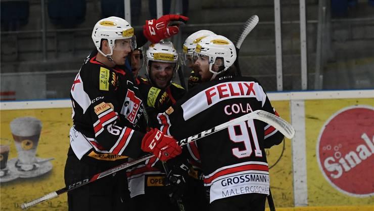 Die Eishockeyspieler des EHC Basel jubeln.