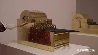 """Der mexikanische Künstler Pedro Reyes schickt zu Musikdosen umgewandelte Schusswaffen zurück ins Land ihrer Herstellung. Das Basler Museum Tinguely zeigt in einer Dialogausstellung zu Tinguelys """"Mengele-Totentanz"""" eine Auswahl dieser hintersinnigen Transformationen."""