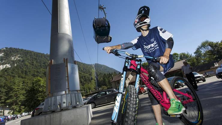 Ein Mountainbike-Fahrer bei der Talstation der Seilbahn Weissenstein in Oberdorf.