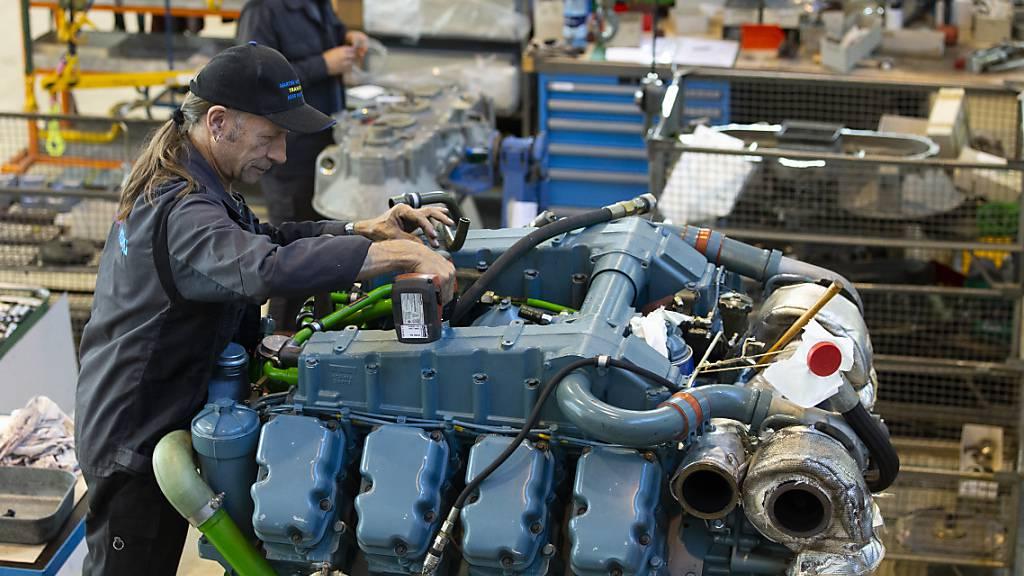 Ein Mechaniker arbeitet an einem Panzermotor in einer Halle der Ruag beim Waffenplatz in Thun. (Symbolbild)