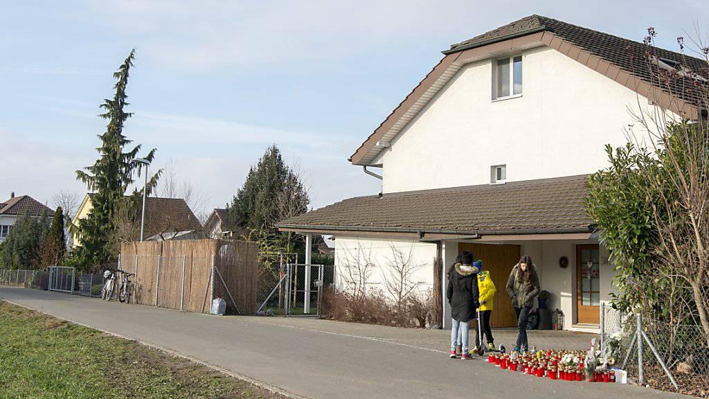 In diesem Haus in Rupperswil AG brachte der Angeklagte im Dezember 2015 auf brutale Art und Weise vier Menschen um. (Archivbild)