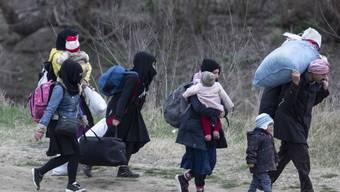Eine Migrantenfamilie in der Türkei auf dem Weg an die griechische Grenze. (Archivbild)
