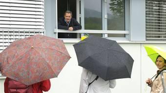 Daniel Schneider (am Fenster) beim Empfang der Exkursionsteilnehmer.