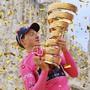 Der Brite Tao Geoghegan Hart lässt sich im Goldregen auf dem Mailänder Dom-Platz als Giro-Sieger feiern