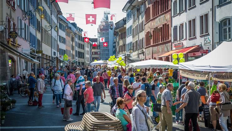 So sehen es alle gerne in Liestal: eine Rathausstrasse mit viel Leben. Das Bild stammt vom ersten Genussmarkt, der seit Ende April jeden Samstag stattfindet.