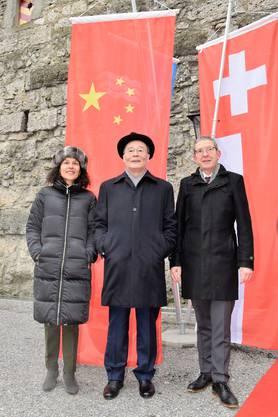 Der chinesiche Vizepräsident Wang Qishan flankiert von der Aargauer Staatsschreiberin Vincenza Trivigno und Landammann Urs Hofmann auf der Habsburg.