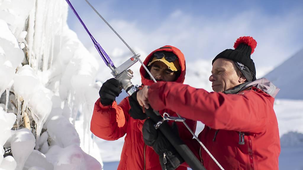 Mit vereinten Kräften gegen das Gletschersterben: Der Glaziologe Felix Keller (rechts) arbeitet im Oberengadin zusammen mit Yasin Ahmad von der Universität Ladakh in Indien an einer Ice Stupa. Die künstlich geschaffenen Eiskegel speichern Schmelzwasser.