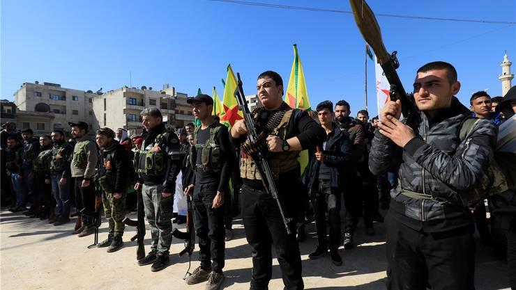 Wehrhafte Kurden: Freiwillige, die sich in Afrin zum Kampf gegen die türkische Invasion gemeldet haben, halten eine improvisierte Parade ab.AFP