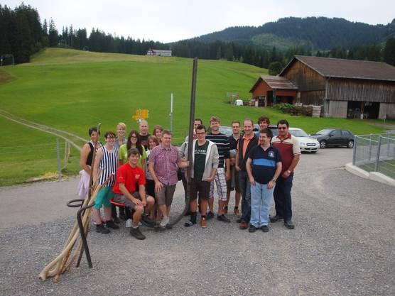 Gruppenfoto bei der grossen Stimmmgabel beim Berggasthaus Oberdorf
