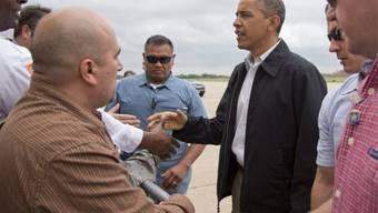 Barack Obama begrüsst nach seiner Ankunft Bewohner von Oklahoma
