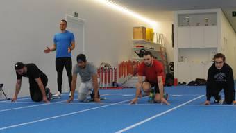 Silvan Wicki, Coach Patrick Saile, Pin Wanheab, Pascal Müller und Nachwuchskraft Michelle Gloor im Training auf der neuen Indoor-Bahn.