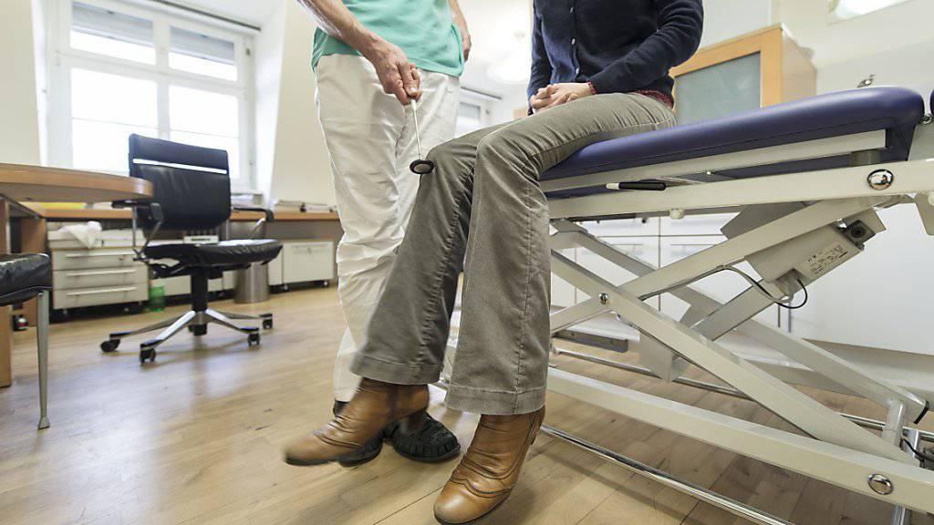 Der Kanton Uri hat mit 98 Ärzten pro 100'000 Einwohner die schweizweit tiefste Ärztedichte. Der Regierungsrat soll nun Hausärzte mit Subventionen fördern können. (Symbolbild)