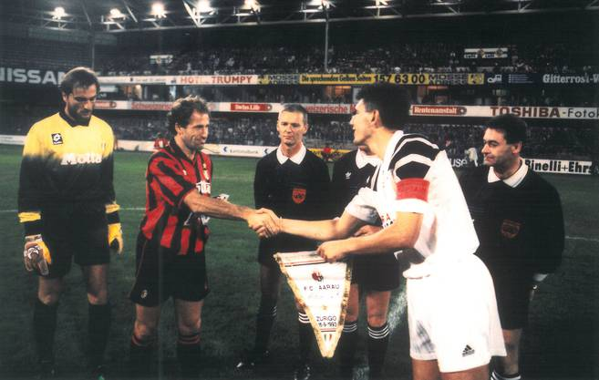 FCA-Stürmer Petar Aleksandrov (r.) und Franco Baresi tauschten vor Aarau gegen Milan Wimpel.