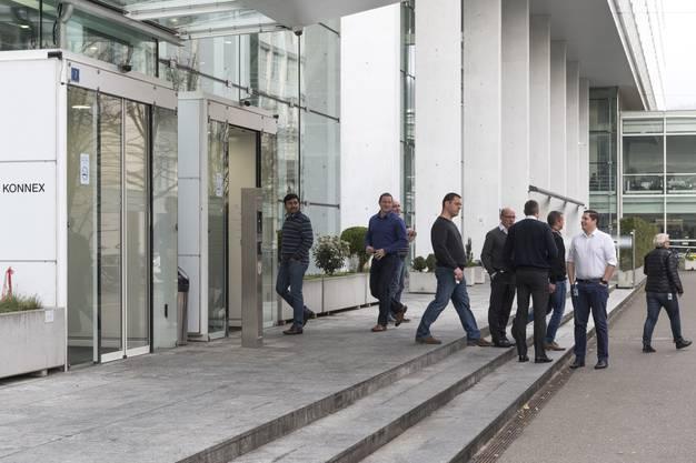Betroffene Mitarbeiter verlassen nach der Bekanntmachung das Gebäude.
