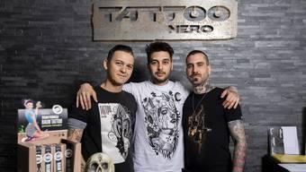 Die Tätowierer Alessandro Schirone (links), Rober Villanueva (Mitte) und Shop-Manager Alessandro Fili (rechts).