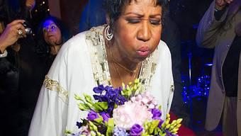 Da war viel Puste nötig: Aretha Franklin bläst Kerzen auf ihrer Torte aus