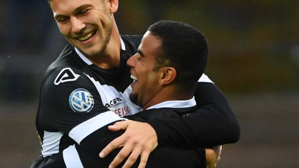 Luganos Carlinhos (rechts) und Balint Vecsei bejubeln den Treffer zum 1:0 gegen Thun