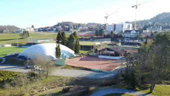 Seit der Errichtung der Lufthalle (links) im Herbst 2018 können die Uitiker Tennisspieler auch im Winter trainieren.
