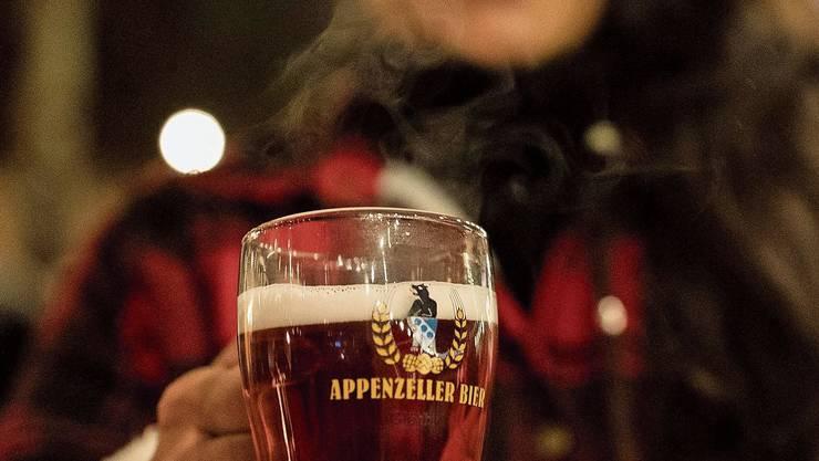 Achtung, heiss und süffig: Das Glühbier der Brauerei Locher in Appenzell.Bild: Severin Bigler (Baden, 20. November 2019)