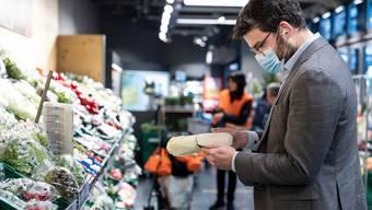 Angesichts der steigenden Coronafälle erneuern die Gesundheitsdirektoren ihre bisherigen Empfehlungen. Dazu gehört die Maskenpflicht in Verkaufsgeschäften. (Symbolbild)