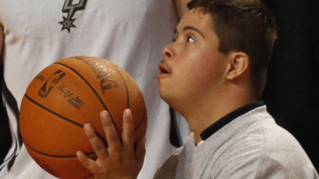 Junge mit Down-Syndrom beim Basket-Ball (Archiv)