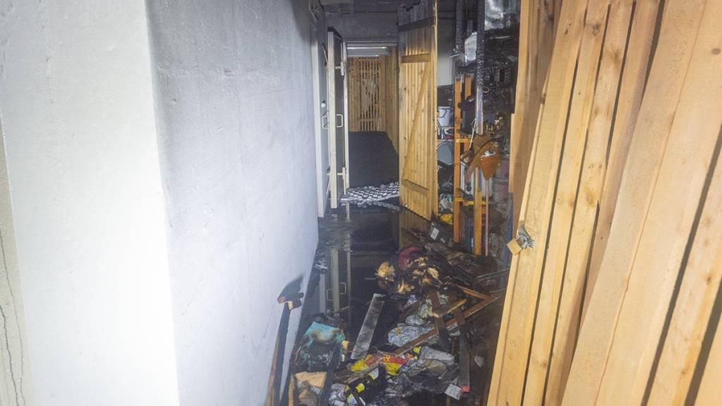 Mehrere Kellerabteile eines Mehrfamilienhauses in Chur wurden bei einem Brand zerstört.