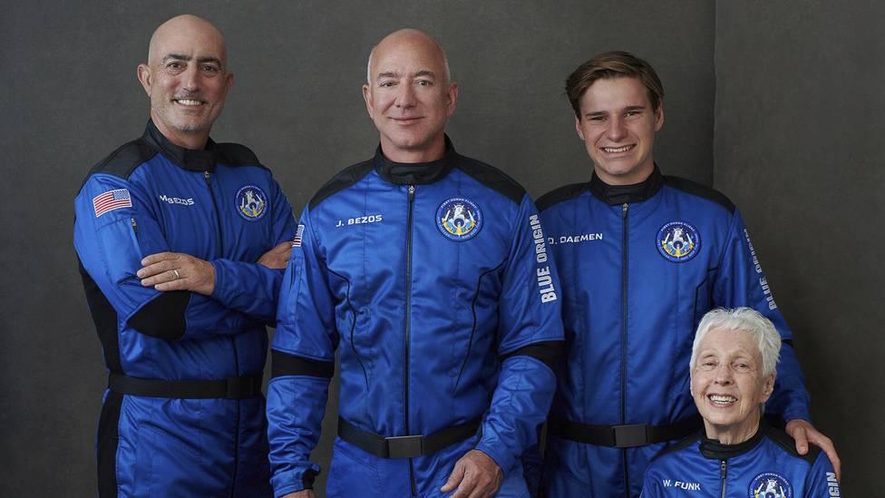 Mark und Jeff Bezos flogen mit Oliver Daemen und Wally Funk (von links nach rechts) ins All.