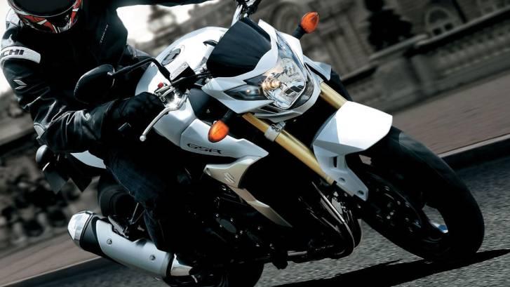 Der LKW-Fahrer musste nach einer Rechtskurve einem Motorradfahrer ausweichen, der auf der falschen Fahrbahn fuhr. (Symbolbild)